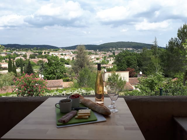A studio with a view over the old town of Lorgues - Lorgues - Appartement