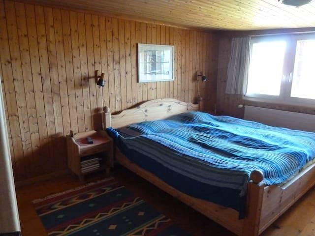 Schlaf- und Wohnzimmer in heimeligem Holzhaus - Kirchberg