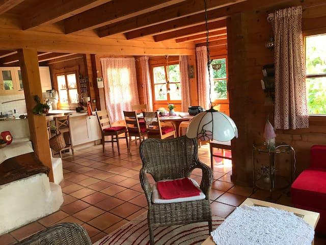 Blick vom Wohnzimmer in den Essbereich und die Küche