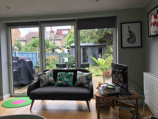 Large room close to Victoria Line in a cosy home