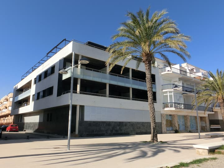Central apartment, modern and simple, with some views to the Port beach. Located just 20 meters away from the promenade.