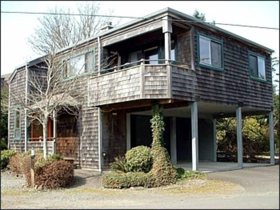 Cottage building with car port