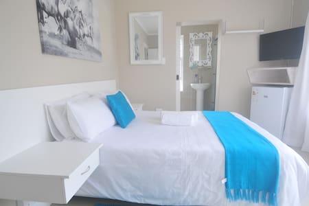 King Guest Lodge in Bluewater Bay - Port Elizabeth - Bed & Breakfast