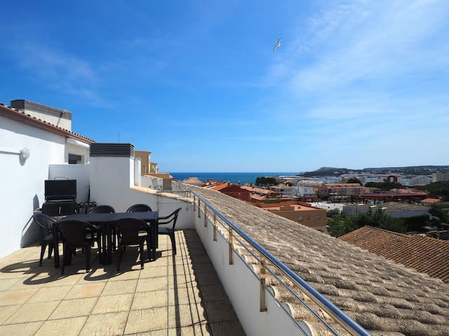 Beautiful duplex in the old town of L'Escala with two terraces and parking.