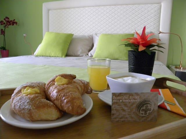 """Greenery"" room: 10km to Venice, breakfast, wifi"
