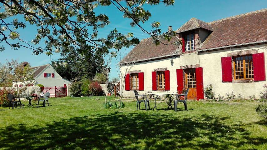 Chambre à entrée indépendante à 100 kms du périph - Maillebois - House