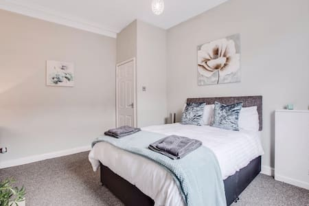 FOUR BEDROOM HOUSE Sleeps 6 - Oldham