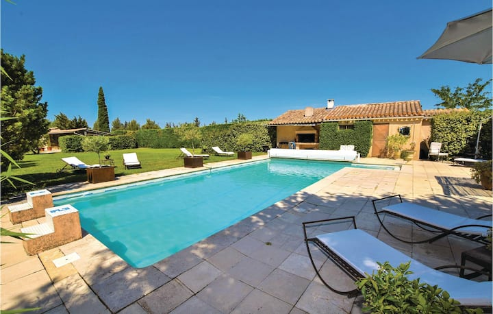 Nice home in Lagnes with Outdoor swimming pool, Sauna and WiFi