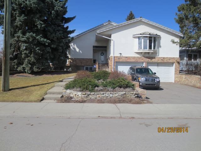 Close to city and transit - Calgary - Bungalow