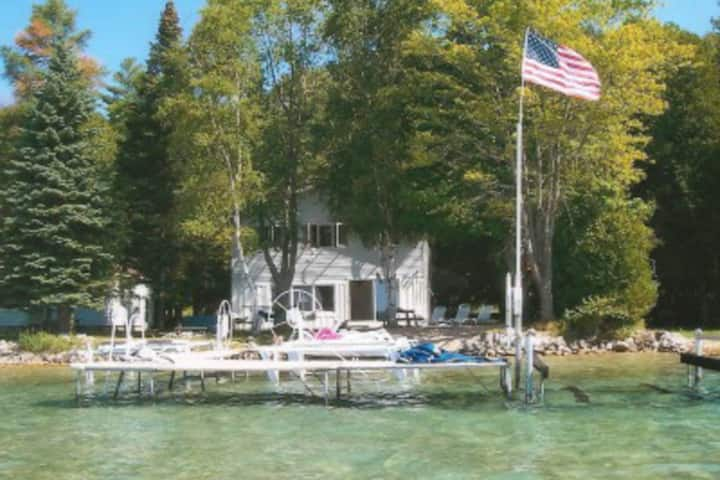 Family-friendly dream retreat w/ dock & wood-burning fireplace - close to town!