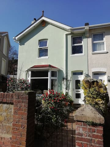 Large Double Room in Spacious Victorian House