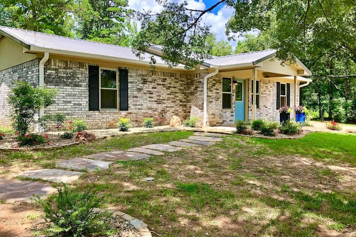 NEW-Peaceful Home w/Yard-15 Mi to Broken Bow Lake!
