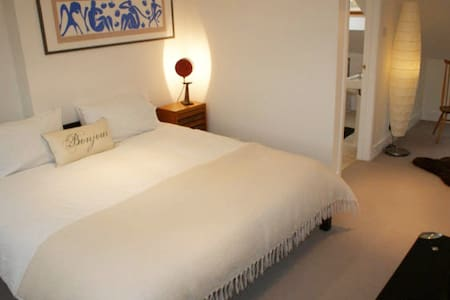 Large sunny super king loft bedroom with ensuite - Hampton - Huis