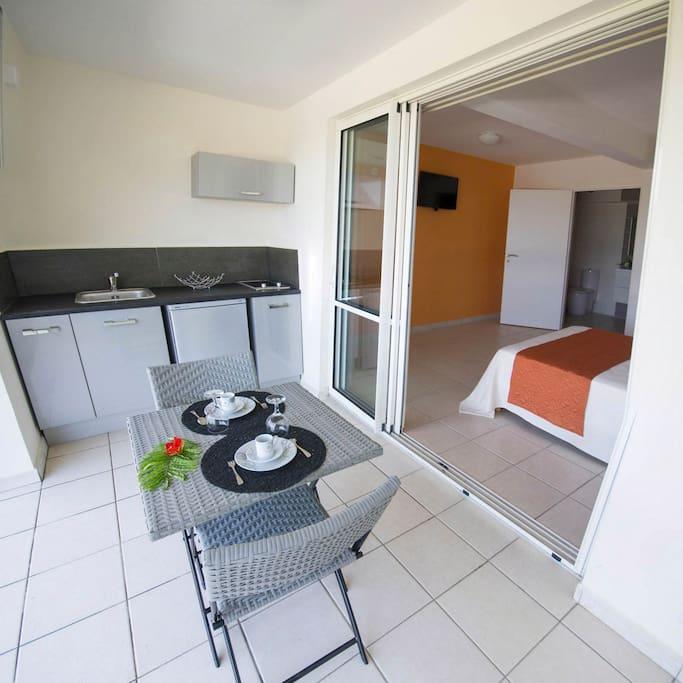 La terrasse avec sa cuisine ouverte.
