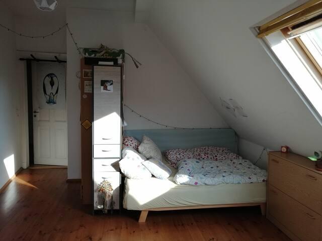 Gemütliches und sonniges Dachgeschosszimmer