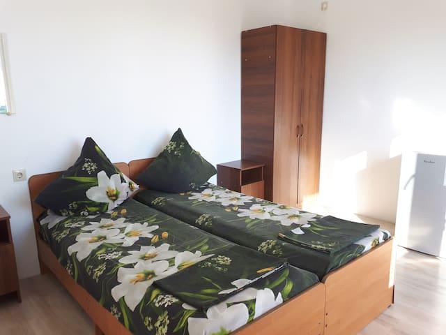 Стандарт 18 кв.м., двухместный с двумя отдельными кроватями, все удобства, телевизор 20 цифровых каналов, холодильник, сплит система.