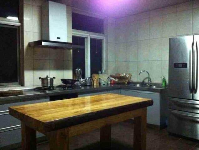 宽畅明亮设备齐全的厨房。