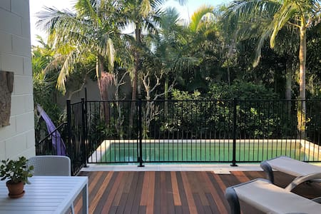 Central Noosa Heads-with own deck & private pool.