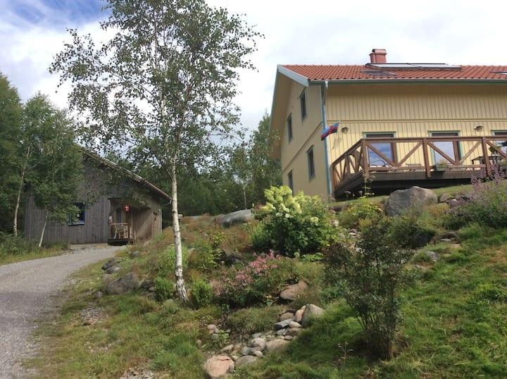 Modern Stuga omgiven av Bohusläns vackra natur