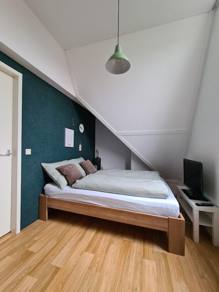 Zolderkamer in een rustige wijk