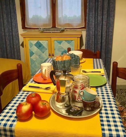 Sa Domitta,offre hai sui ospiti il necessario per la preparazione di una piccola colazione o merenda.                                  ••••••••••••••• Sa Domitta offers guests everything they need to prepare a small breakfast or snack.