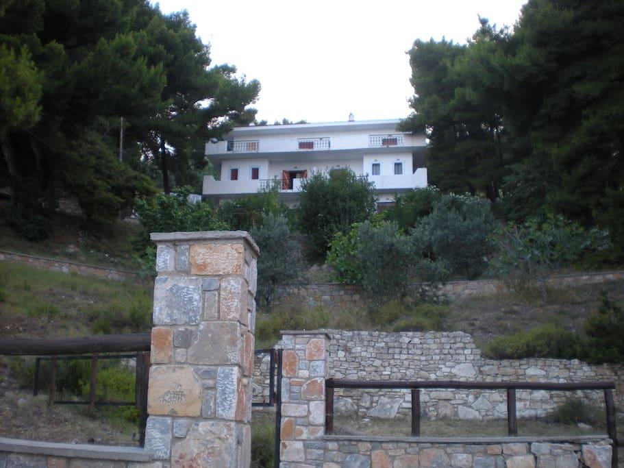 Το σπίτι όπως φαίνεται από το δρόμο