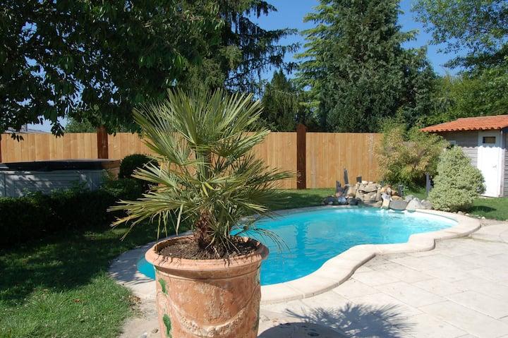 Suite avec terrasse piscine, jacuzzi et petit déj