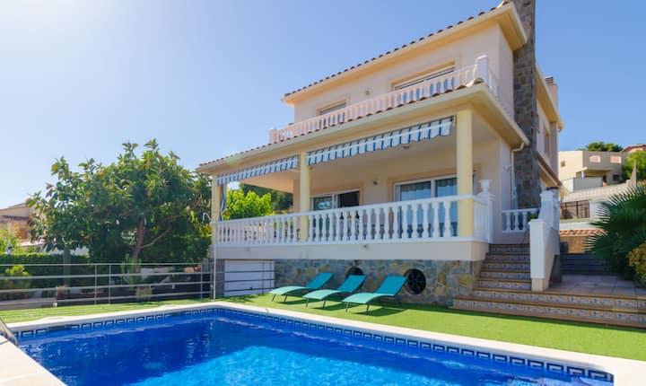 Acogedora Villa con piscina privada en C. Cunit