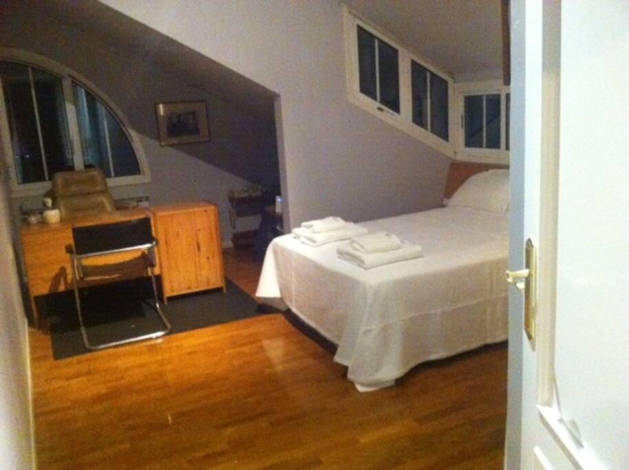 Cuarto principal independiente, con baño dentro, zona de estudio, luminoso, vista panorámica y muy amplio