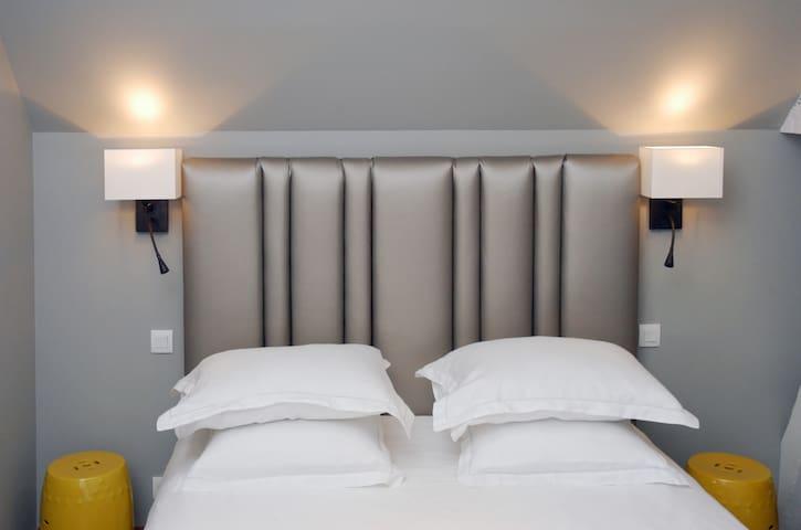 Très jolie tete de lit grise de la suite!!