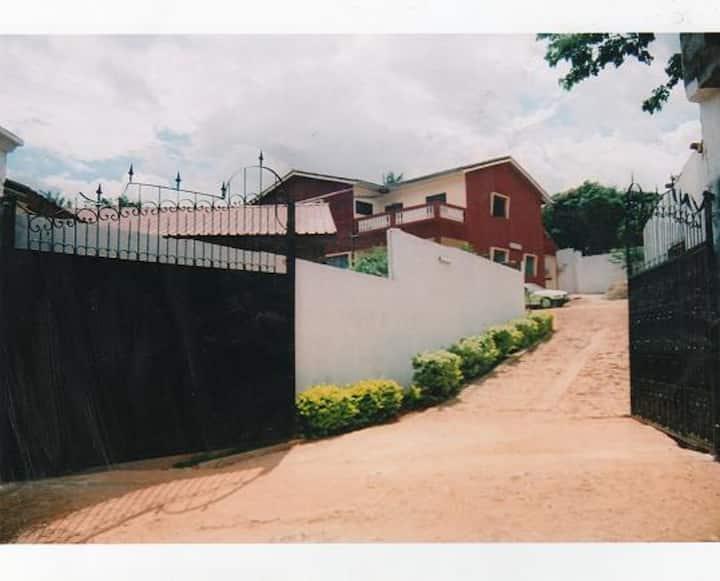 Yaoundé duplex meublée 3 chambres, 10 min centre