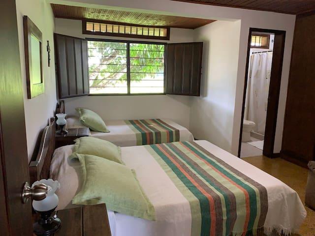 Habitación 3: una cama doble y una sencilla. Baño privado.