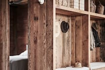 Entry pigeon holes & coat hooks