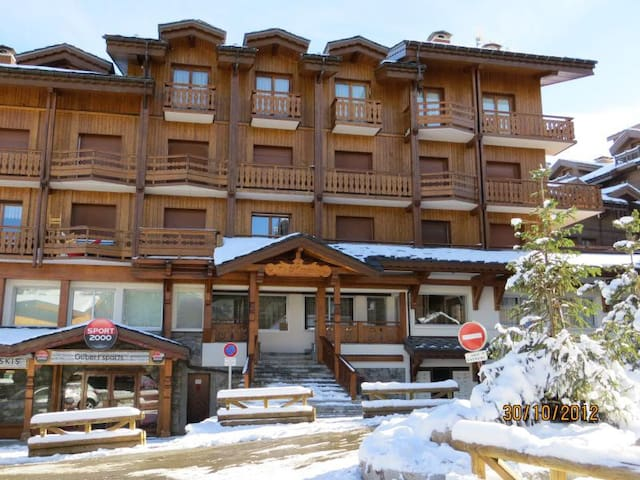 Modern ski-in/out apt sleeps 4 Courchevel, WiFi