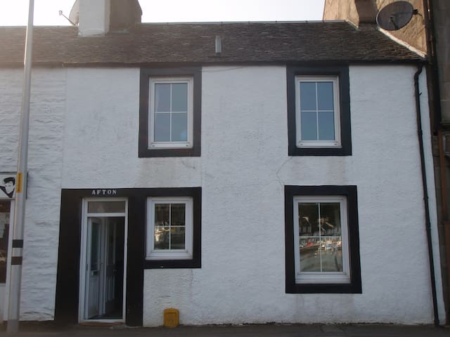 Tarbert townhouse sleeps up to 10-fab views & more