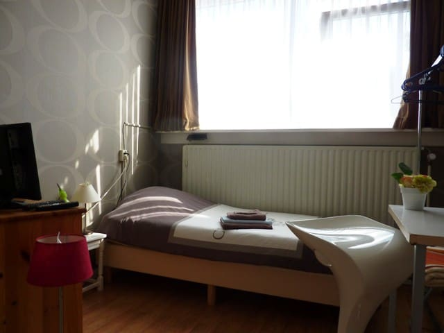 Room nr. 4, hotelbed, free wifi, - Leeuwarden - Bed & Breakfast