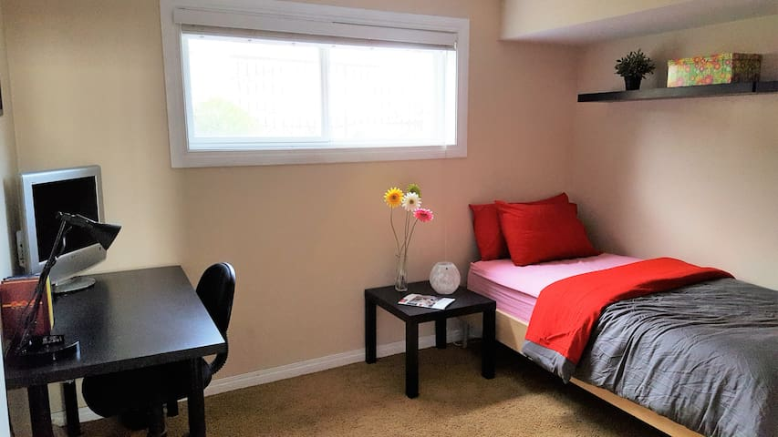 Private room in a quiet home, lovely neighborhood - Calgary - Rumah