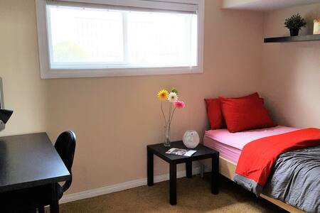 Private room in a quiet home, lovely neighborhood - Calgary