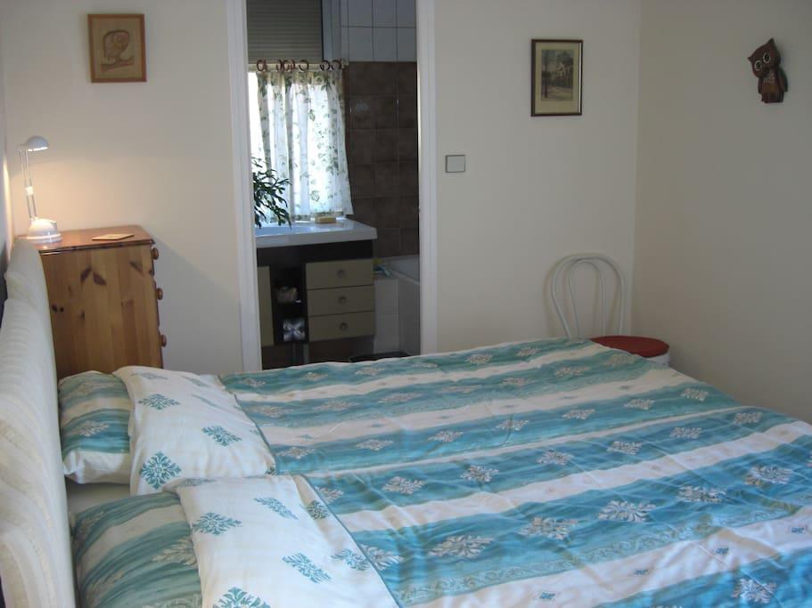 Twin bedroom & en suite bathroom with shower over bath