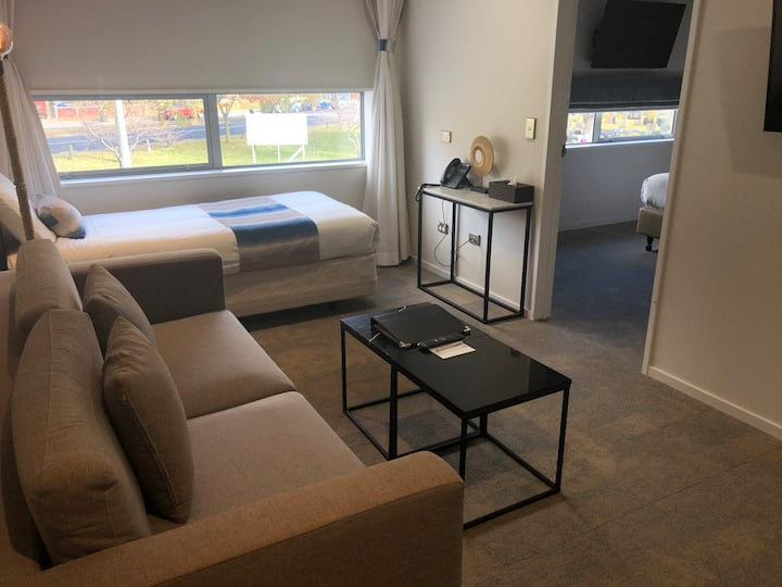 Modern One-bedroom Apartment close to Uni, Airport
