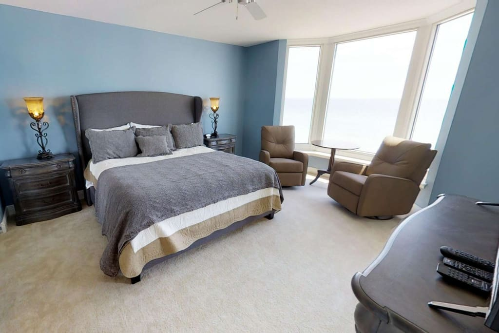 King Sized Master with beachviews & private bath - Garden Tub and walk-in shower!