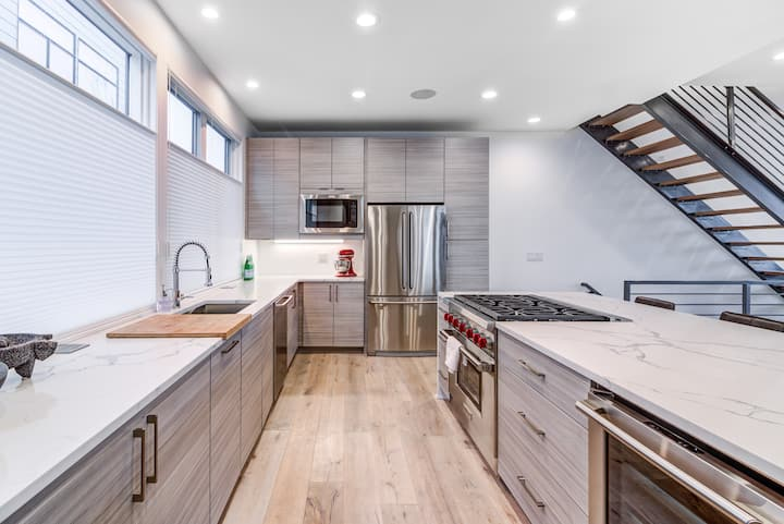 New, 3bd, 3,000 sqft Ultra-Modern Home in Tremont