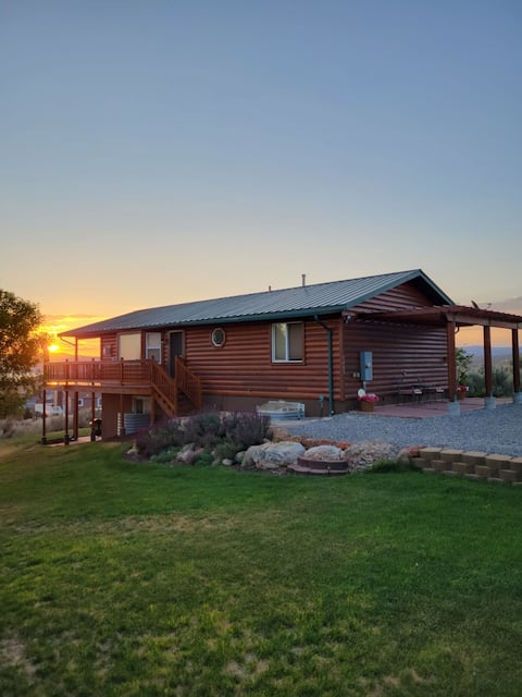 Two Cub Cabin w/lake view, yard and private beach!