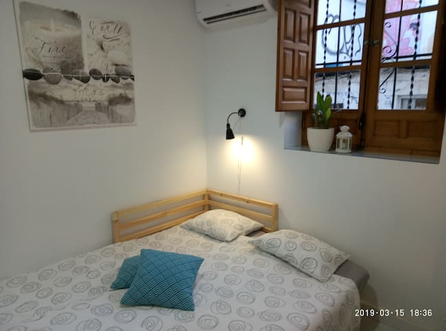 Cosy room for one or two, Alhambra area
