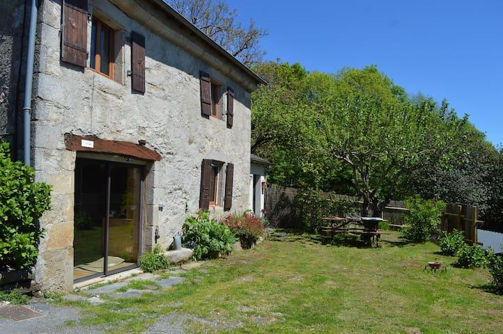 Maison de campagne avec jardin et les poneys...