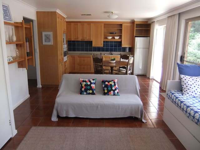Peaceful and Spacious 1 Bedroom Apartment - Springvale - Appartement