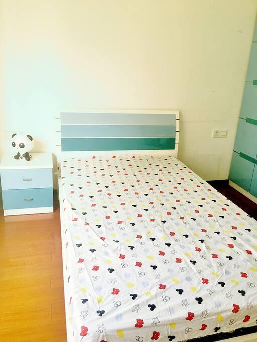 卧室1这是一间儿童房,房间有15个平方。写字台、衣柜都有,窗台望出去就是亭台、楼阁、小桥、流水。