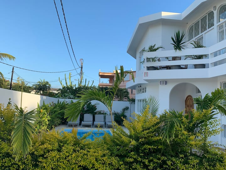 Home for Large Family or Group with Pool / Beach