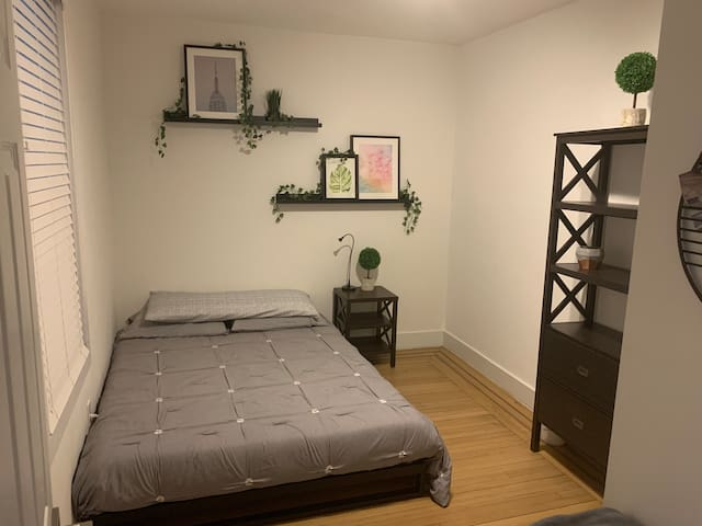 Clean and Cozy room 15 minutes to Times Square NY!