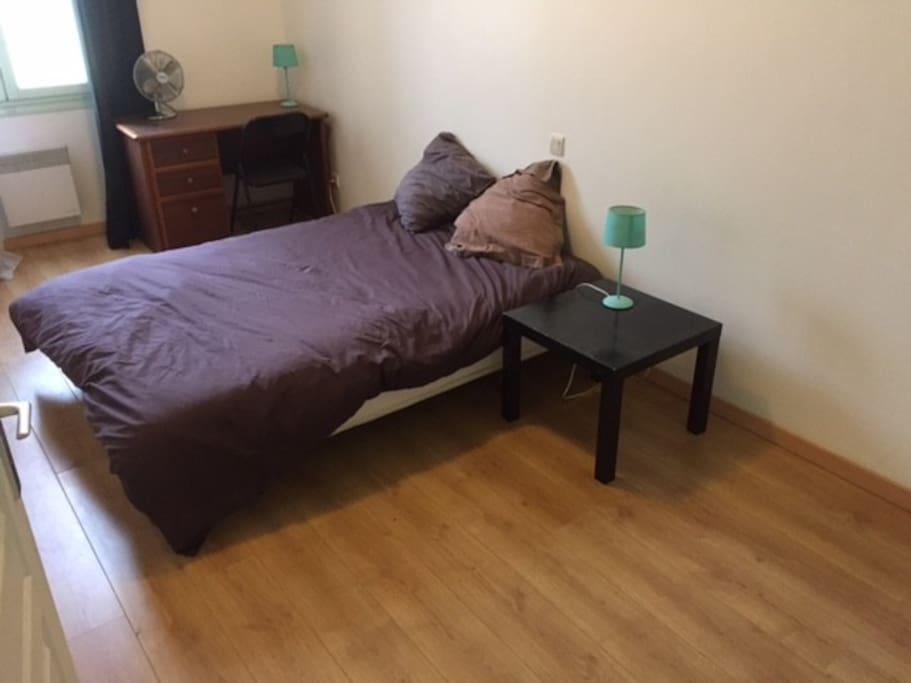 la chambre avec lit double et bureau